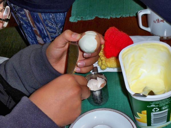 Peeling-egg-3.jpeg